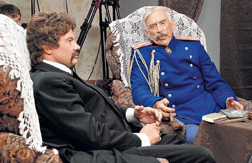 В перерывах между дублями Александр ПАШУТИН развлекал Влада анекдотами. Но тот, опасаясь, что отклеятся усы, смеялся про себя
