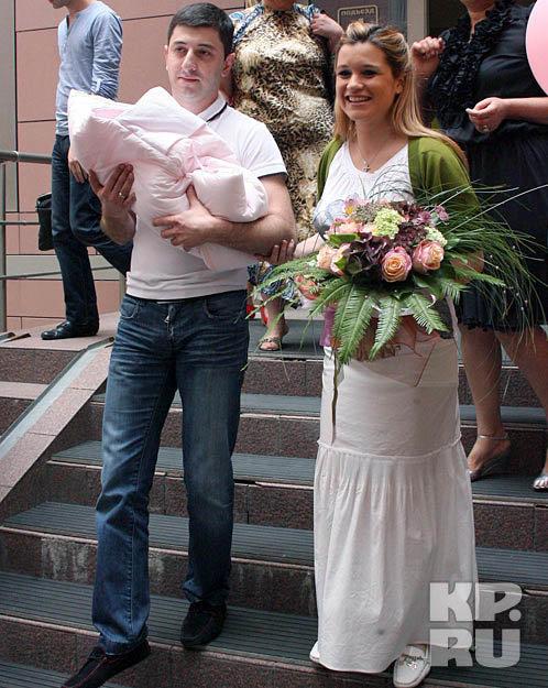Ксения Бородина с мужем и новорожденной дочкой Марусей. Фото: kp.ru