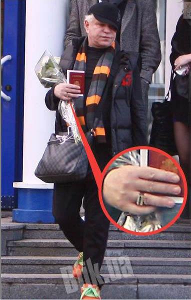 Кольцо у Моисеева красуется как раз на том пальце, на котором обычно носят обручальное. Фото: Blik.ua
