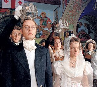 Во время венчания с юной Ниной (Мария АБРАМИШВИЛИ) А. С. ГРИБОЕДОВ (Михаил ЕЛИСЕЕВ) уронил обручальное кольцо, что считалось дурным знаком