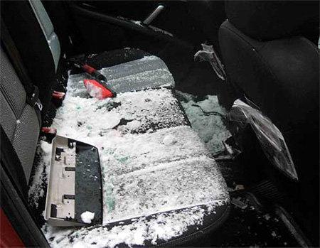 Весь салон машины припорошило снегом