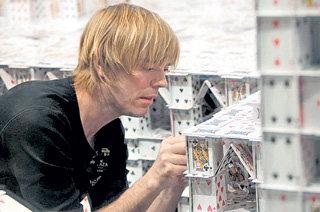 Свои архитектурные навыки карточный строитель совершенствовал в Гарвардском университете