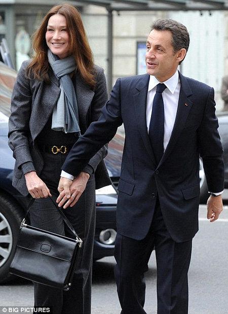 В разгар секс-скандала Николя Саркози наверняка предпочёл бы видеть снимки своей супруги только в одетом виде. Фото Daily Mail