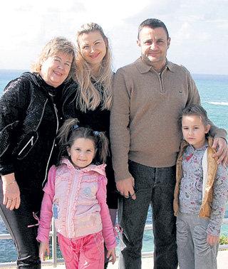 Сестра актёра Алеся с мамой Людой мужем Жаком и дочерьми Лизой и Джуной (Бейрут, 2010 год)