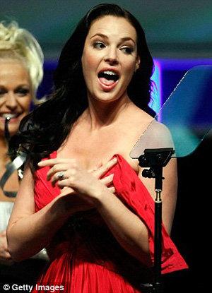 Актриса испугалась, что снимут ее голую грудь, но держалась достойно - фото The Daily Mail