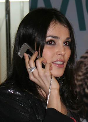 На показ Киры Пластининой певица пришла с мобильником за 16500 рублей.