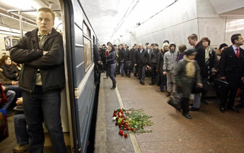 На станции Лубянка на полу лежат живые цветы. Фото: АР