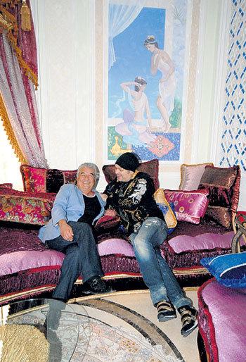 За месяц до КИРКОРОВА в этой кальянной комнате побывал Максим ГАЛКИН. Ему так понравилось, что он решил оборудовать в своём замке точно такую