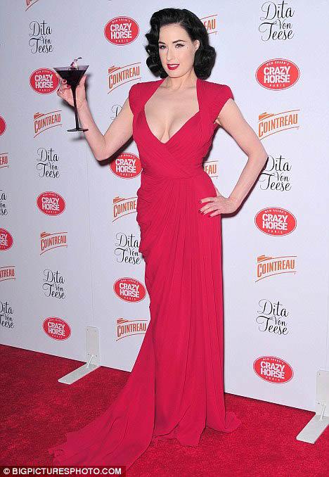 Перед началом шоу Дита появилась в роскошном алом платье.