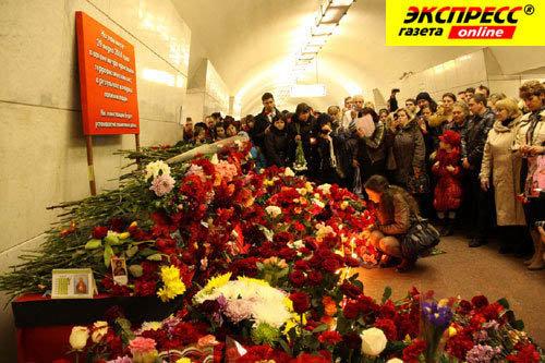 Москвичи до сих пор несут цветы на место взрыва на станции Лубянка. Фото Бориса КУДРЯВОВА.
