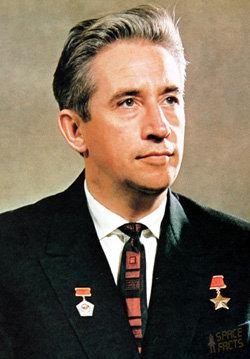 Константин Феоктистов в составе первого группового экипажа 12-13 октября 1964 г. совершил вместе с Владимиром Комаровым и Борисом Егоровым первый полет без скафандров