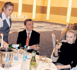 Петербург, банкет для фигуристов. МУХОРТОВА сидит рядом с ВАСИЛЬЕВЫМ, а ТРАНЬКОВА за их столиком нет