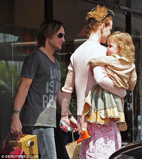 Николь с мужем Кейтом и дочкой Санди Роуз отправилась покушать замороженного йогурта. Фото: Daily Mail