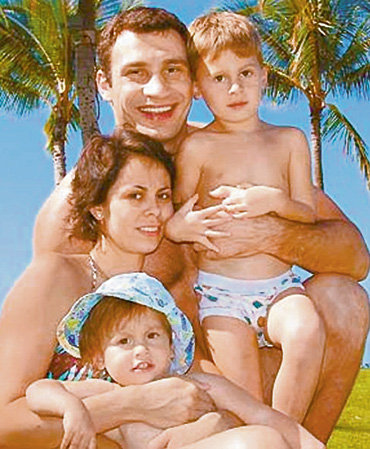 Виталий - идеальный семьянин (на фото с женой Наталией, дочерью Лизой и сыном Егором)