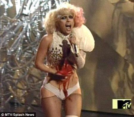 GaGa разыгрывает сцену с падением на себя люстры на шоу MTV Video Music Awards в том году - фото Daily Mail