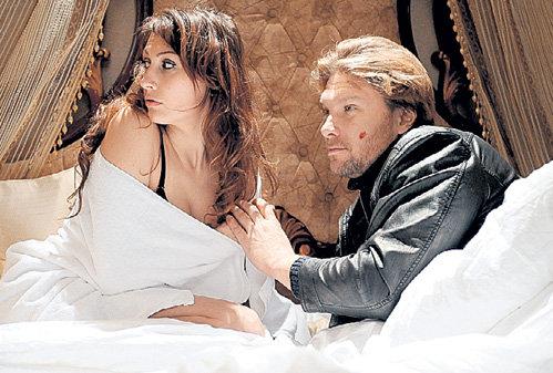 Нина Дивеева (Надежда ГОРЕЛОВА) по сюжету влюбляется в музейного грабителя по кличке Баян (Егор ПАЗЕНКО)