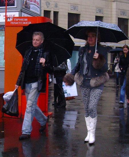 Заботливый супруг Казарновской несёт в руках пакеты с едой