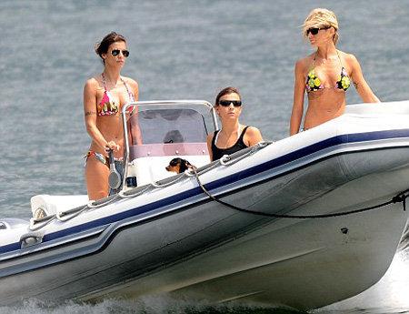 Елизабетта Каналис на катере на озере Комо - фото Daily Mail