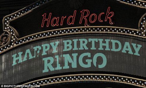 О дне рождения музыканта сообщала электронная вывеска Хард-Рок кафе