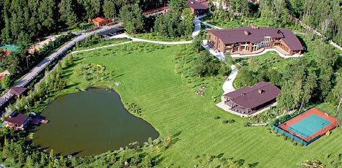 Дача Романа Аркадьевича находится неподалёку от возводимого им гольф-клуба и инновационного центра