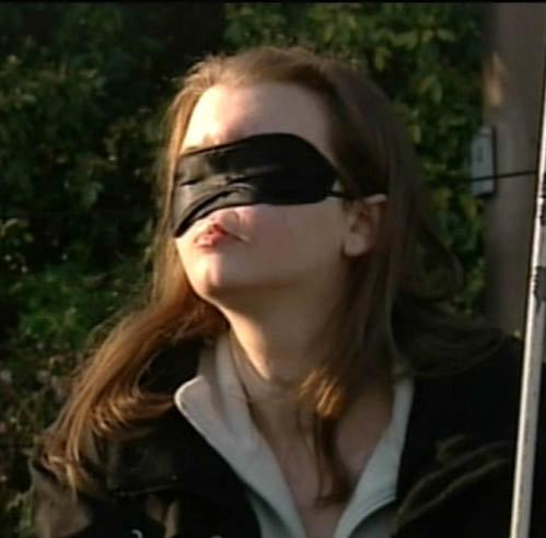 Все эти годы девушка носила маску, прикрывающую ее уродство.