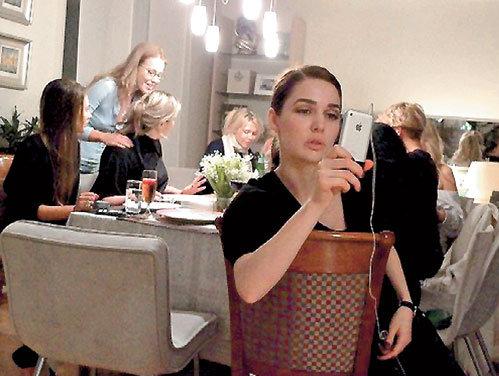 Модельер Алена АХМАДУЛИНА фотографирует каждую деталь в доме подруги: ...