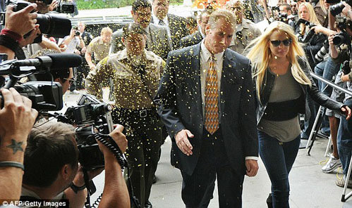 Фанаты обсыпают Линдси золотым конфетти, когда она заходит в зал суда. Фото: Daily Mail