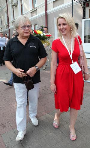 Юрий АНТОНОВ с симпатичной блондинкой