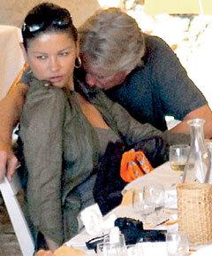 Стимулирующие препараты так бодрят Майкла ДУГЛАСА, что он демонстрирует страсть к жене при каждом удобном случае