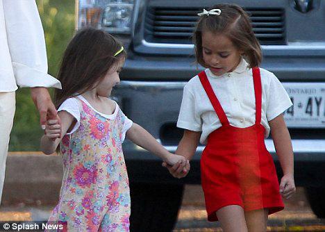 Общительная Сури все перерывы между съемками играла с маленькой актрисой.