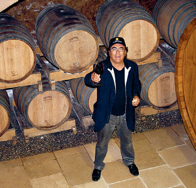 КОРРИЗИ - увлеченный винодел. В его погребах сотни бочек, в которых «зреет» 30 сортов вин