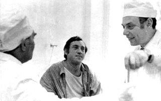 В реанимационном отделении СКЛИФа. Рядом с Высоцким доктор А. Дорфман (1974 г.) Фото Юрия Рыбчинского