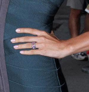 Модель то и дело демонстрировала обручальное колечко, красующееся на ее пальчике.