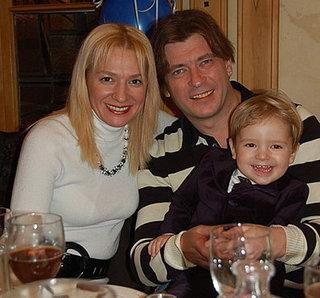 Лева Би-2 с женой Асей и двухлетним сыном Авивом. Фото: myradio.ua