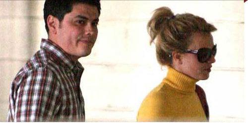 Бритни СПИРС со своим телохранителем Фернандо ФЛОРЕСОМ. Фото: TMZ.com