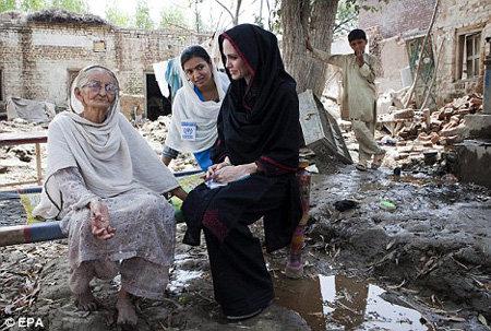 В качестве посла доброй воли ДЖОЛИ помогает жертвам наводнений