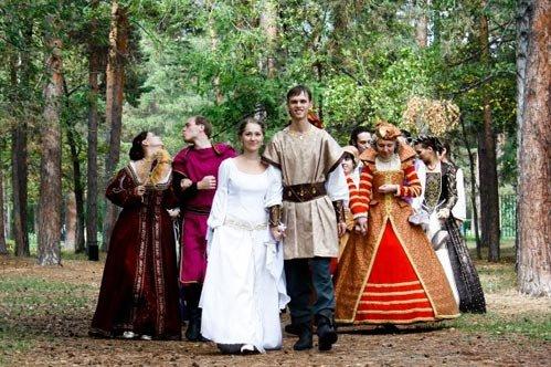 Близкие и друзья молодожёнов старинный наряд каждого приглашенного на свадьбу символизировал статус жителя Средневековья