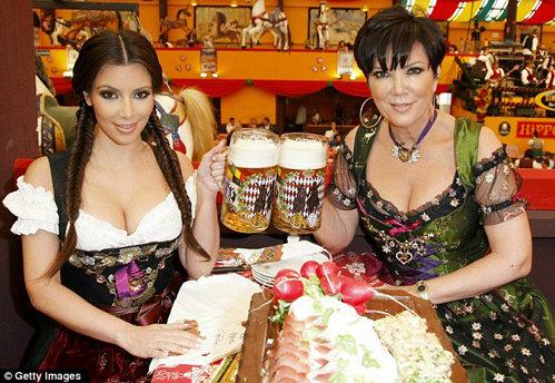 Ким путешествует по Баварии вместе со своей мамой. Фото: Daily Mail