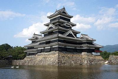 ...а так - японский замок Мацумото, с которого была скопирована конура