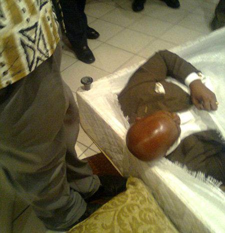 Министр Ндумисо МАМБА вылезает из-под обшивки кровати в тот момент, когда его застукали за адюльтером