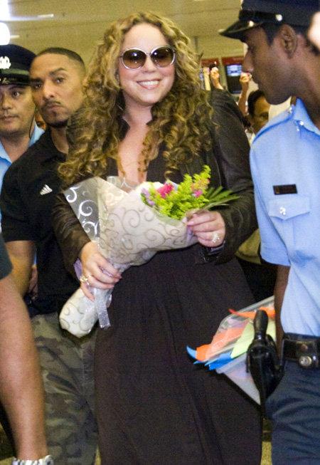В аэропорту Сингапура Мэрайя появилась в чёрном платье