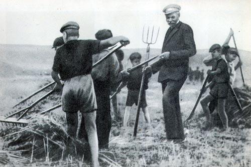 Писатель Максим Горький в Куряжской колонии