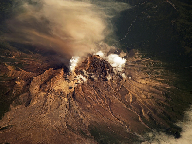Вулкан Шивелуч наКамчатке выбросил 12-километровый столб пепла