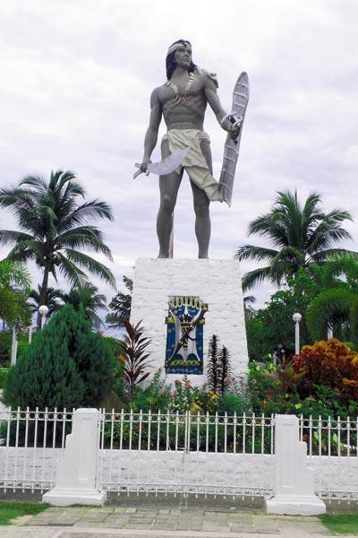 Памятник убийце Магеллана — вождю Лапу-Лапу — на Филиппинах