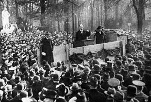 Выступление Карла Либкнехта в Берлине в декабре 1918 года. wikimedia