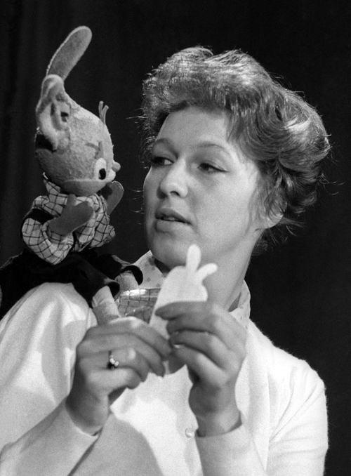 Валентина Леонтьева с куклой Тепой, 1960 год. Фото Валерия Генде-Роте /Фотохроника ТАСС/. Источник: ИТАР-ТАСС