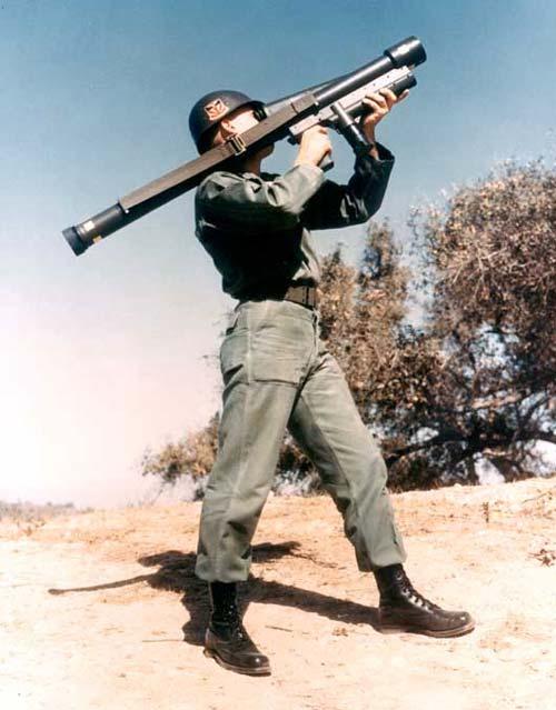 Солдат Армии США, осуществляющий наведение и прицеливание ПЗРК Redeye. Источник: wikipedia.org