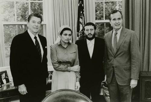 Один из участников «самолетного дела», Иосиф Менделевич, с президентом США Рональдом Рейганом, активисткой Авиталь Щаранской и вице-президентом Джорджем Бушем, 1981 г. Источник: wikimedia
