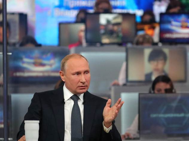 Президент России Владимир Путин отвечает на вопросы во время прямой линии.