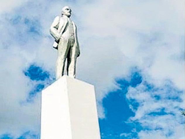 В якутском городе Ленске насекомые обустроили гнездо на памятнике Владимиру Ильичу